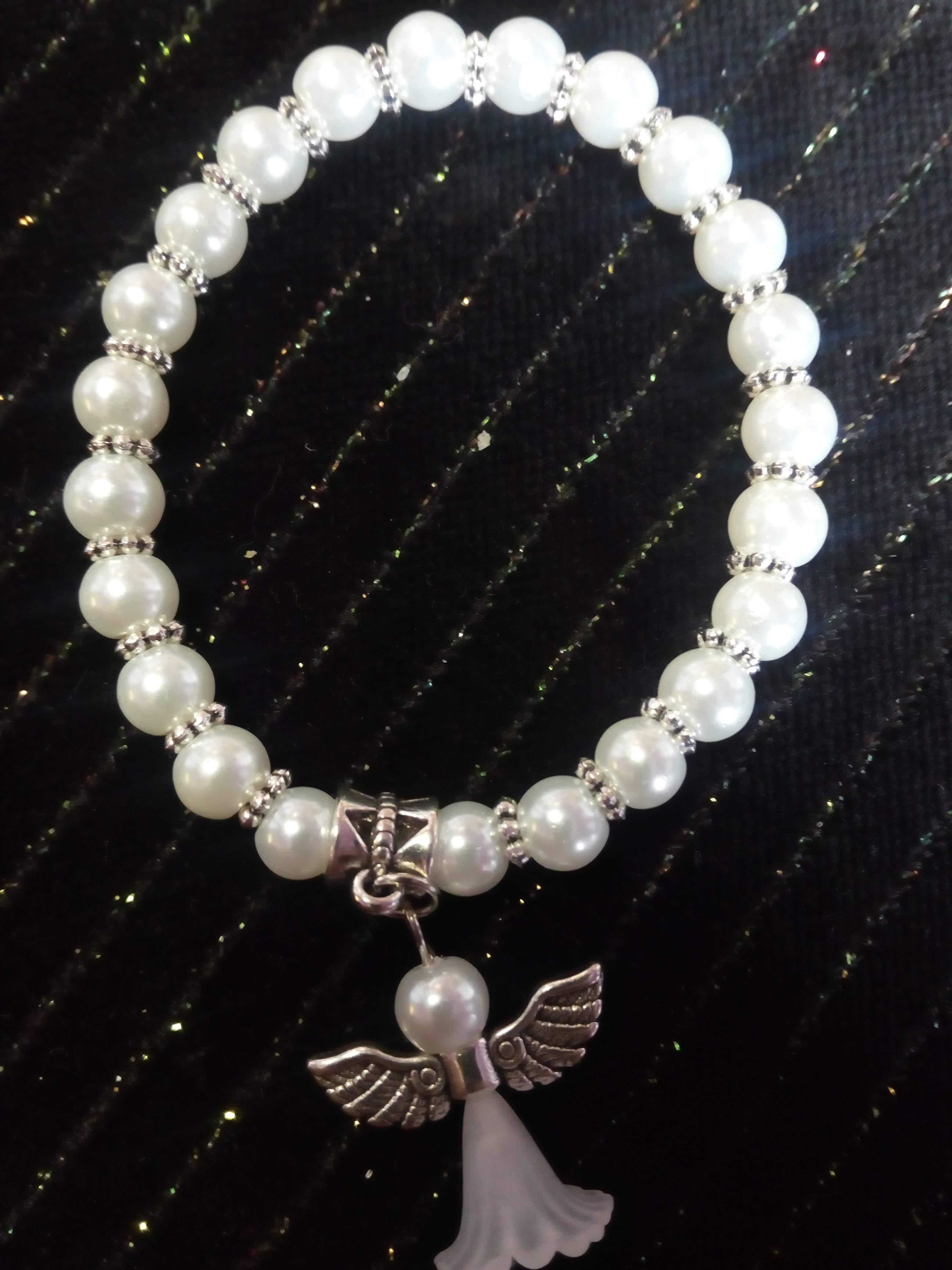 Bílý perlový náramek obohacuje lidské energie o světlo b31cb325524